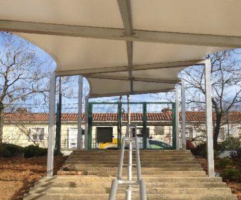 Coberturas para espaços exteriores de escolas